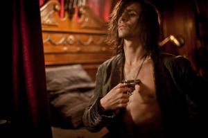Tom-Hiddleston-J-adore-jouer-Loki-mais-j-ai-aussi-besoin-d-essayer-des-roles-differents_portrait_w532