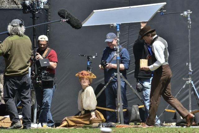 Mia Wasikowska mira a Charlie Hunnam entrar a escena.