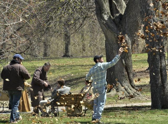 El equipo de filmación esparce hojas sobre el prado alrededor del Castillo de Dundurn.