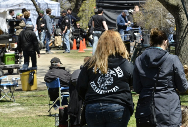 Fans de Sons of Anarchy salen a echar un vistazo a la estrella Hunnam.