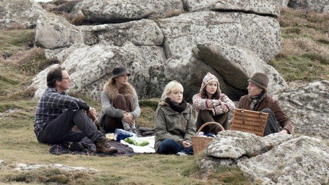 """De izquierda a derecha, Kate Fahy, Amy Lloyd, Lydia Leonard y Tom Hiddleston en """"Archipelago,"""" una película dirigida por Joanna Hogg. Crédito: Kino Lorber."""