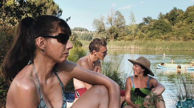 "De izquierda a derecha, Kathryn Worth, Tom Hiddleston y Mary Roscoe tomando rayos de sol italianos en el filme de Joanna Hogg de 2008, ""Unrelated."" Crédito: Kino Lorber."