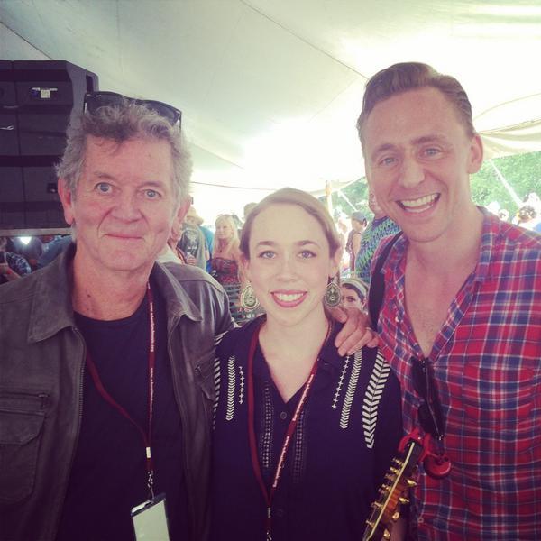 Tom Hiddleston con Rodney Crowell y Sarah Jarosz Foto vía @sarahjarosz