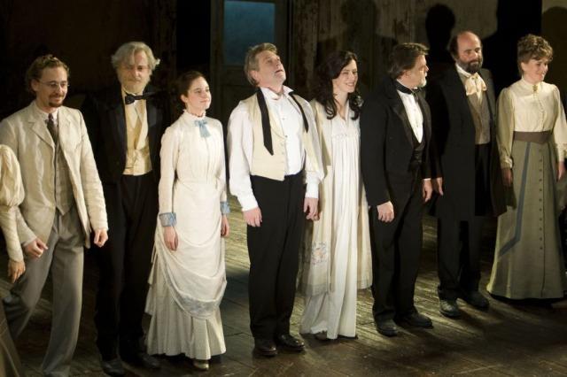 La compañía de Ivanov agradeciendo al final de una función (West End, Londres, 2008)