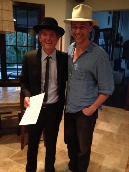 A unos días de comenzar la filmación, Tom Hiddleston ya está adaptando al look country / Foto: twitter @RodneyJCrowell