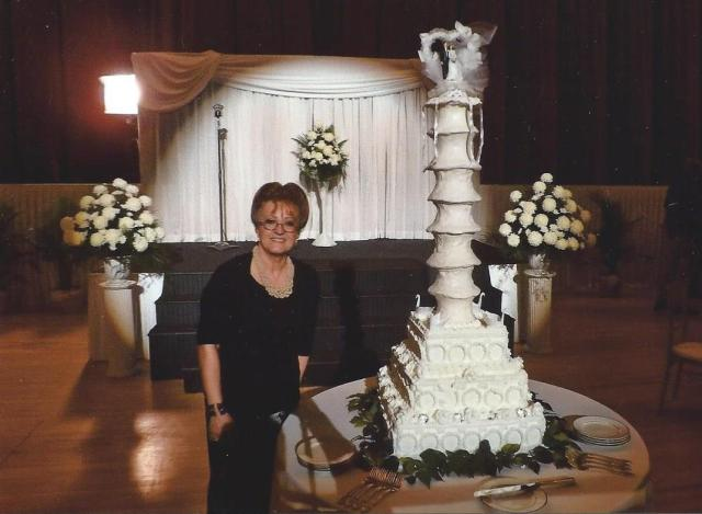 "Faye Fair posa con la réplica del pastel de bodas que hizo para ""I Saw The Light"". (Foto: Especial de The Times)"