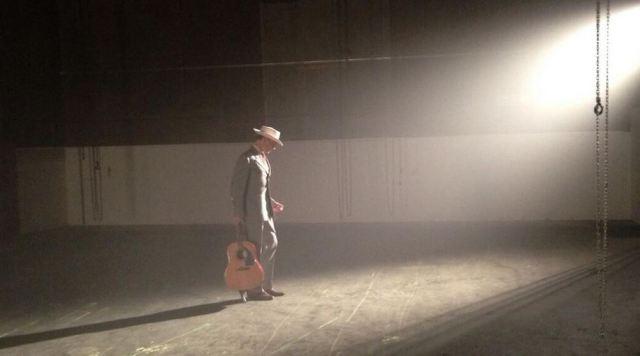 Tom Hiddleston publicó en Twitter el pasado junio esta fotografía de él mismo en el plató de 'I Saw The Light'. (Fuente: @twhiddleston/Twitter)