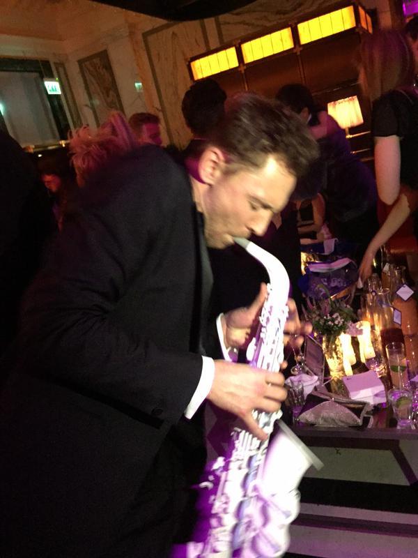 Aquí está Tom Hiddleston tocando un saxofón blanco en este momento, sólo porque sí