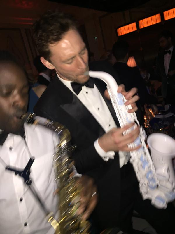 Una más de Tom Hiddleston con el saxofón, con @AndreSaxMan