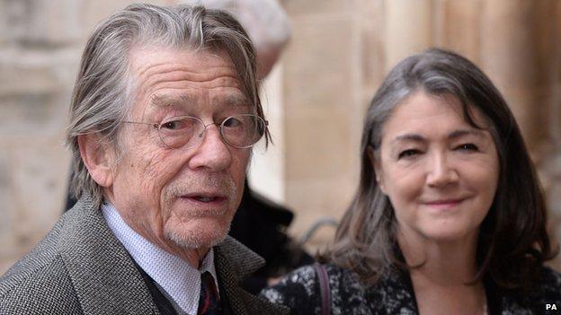 Sir John Hurt y su esposa Anwen Rees-Myers fueron algunos de los invitados