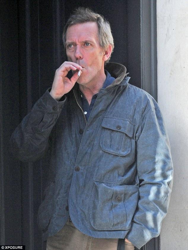 La vida es una lata: Hugh Laurie con un cigarrillo en un paseo de compras por Londres el miércoles