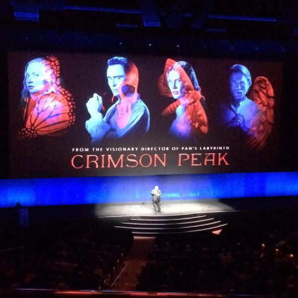 #CrimsonPeak llega este mes de octubre. Guillermo Del Toro presenta la película en #CinemaCon. El mejor horror gótico / Foto: Twitter WeAreGNN