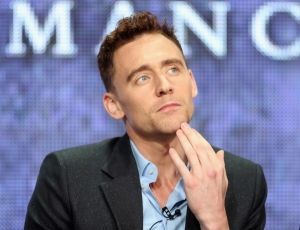 El actor Tom Hiddleston habla en el escenario durante el  panel de discusión de 'The Hollow Crown', en la parte del Public Broadcasting Service,  durante el tour de Summer Television Critics Association 2013 en el Hotel Beverly Hilton, el 5 de agosto de 2013 en Beverly Hills, California. (Foto: Frederick M. Brown / Getty Images)