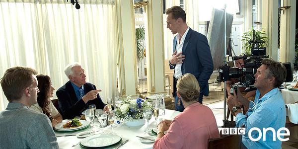 John le Carré acompaña a @twhiddleston en un cameo para la serie #TheNightManager adaptada por @DavidFarrUK para @BBCOne (Twitter @CBTheatreFilmTV)