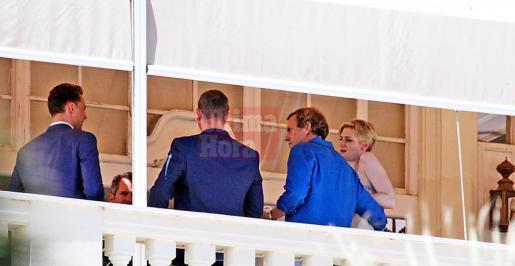 El popular Hugh Laurie, vestido con camisa azul, ayer durante el rodaje de su nueva serie, en Ciutat. 04-06-2015| Julián Aguirre